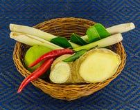 Ljust rödbrun peppar för varm chili för lemongrass i ingredienser för en vide- korg för Tom Yam Royaltyfri Foto