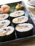 ljust rödbrun stor rullande spiral sushiwasabi Fotografering för Bildbyråer