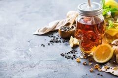 Ljust rödbrun te för citronmintkaramell för halloween i skallekrus Royaltyfri Foto