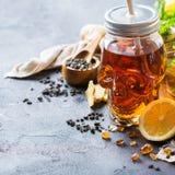 Ljust rödbrun te för citronmintkaramell för halloween i skallekrus Royaltyfria Foton