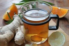 Ljust rödbrun te med apelsinen och citronen Arkivfoton