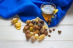 Ljust rödbrun te med citrongodisen Arkivfoton