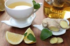 Ljust rödbrun te med mintkaramellen och citronen Royaltyfri Fotografi