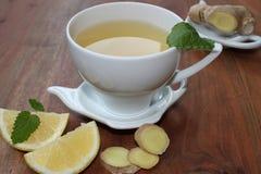 Ljust rödbrun te med mintkaramellen och citronen Fotografering för Bildbyråer