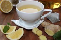 Ljust rödbrun te med mintkaramellen och citronen Arkivfoto
