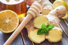 Ljust rödbrun te som tjänas som med honung och citronen Arkivbilder