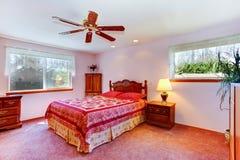 Ljust rött rum med snidit wood möblemang Royaltyfria Bilder