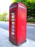 Ljust rött telefonbås, London arkivfoto