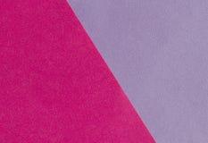 Ljust rosa färg- och lilapapper texturerar bakgrundsdiagonalen Arkivbild