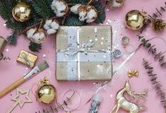 Ljust - rosa jul, det nya året som slår in förberedelsen, hudflänger lägger med paljetter, blänker, gåvor, en filial av gran och  fotografering för bildbyråer