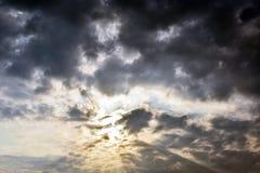 Ljust skina för sol till och med det mörka molnet i morgonen Arkivbild