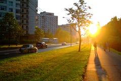 Ljust solljus i aftonen i Moskva arkivfoton