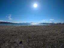 Ljust solsken över fjorden arkivfoton