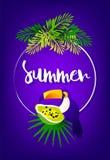 Ljust sommarkort med palmblad, papayaen, tukan, ramen och text på violett bakgrund Tropiskt kort för vektor Arkivbilder