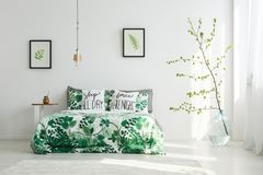 Ljust sovrum med blom- motiv royaltyfri foto
