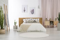 Ljust sovrum med kaktusmotiv Royaltyfria Foton
