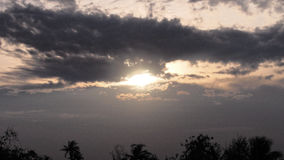 Ljust svart moln för afton Arkivfoto