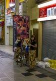 Ljust tänd gata med talrika affischtavlor och neon i Dotomb Royaltyfri Fotografi