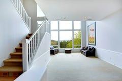 Ljust töm husinre med det stora fönstret Royaltyfri Fotografi