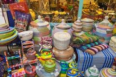 Ljust till salu färgade behållare, Brixton Market 25 11 15 Arkivfoto
