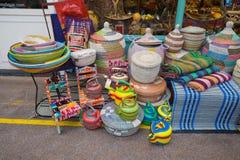 Ljust till salu färgade behållare, Brixton Market 25 11 15 Arkivbilder