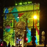 Ljust upplysta Arc de Triomphe på helgdagsafton 2017/18 för ` s för nytt år france paris Royaltyfri Bild