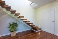 Ljust utrymme - trappuppgång arkivfoto
