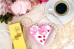 Ljuv, lyxig romantisk kaka i formhjärtan Dag för valentin` s på Februari 14 Arkivbilder