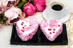 Ljuv, lyxig romantisk kaka i formhjärtan Dag för valentin` s på Februari 14 Arkivbild