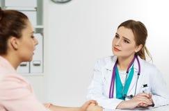 Läkare som är klar att undersöka patienten och hjälpa Arkivfoto