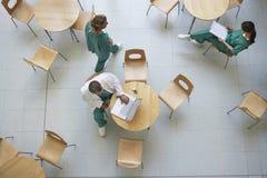 Läkare under arbetsavbrott i kafeteria Arkivbilder