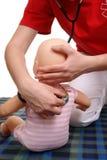 läkarundersökning för demonstrationsundersökningsspädbarn Royaltyfri Foto