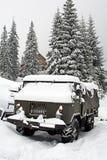 LKW abgedeckt mit Schnee Lizenzfreies Stockfoto