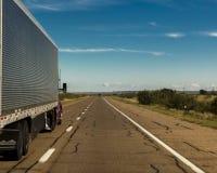 LKW-Antriebe auf zwischenstaatlichen 10 in Richtung zu Amarillo Texas lizenzfreie stockfotografie