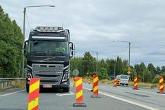 LKW-Antriebe Volvos FH durch Straßenarbeiten lizenzfreies stockfoto