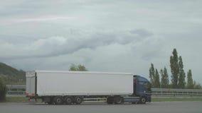 LKW auf dem Parkplatz stock video footage