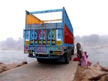 LKW auf der Brücke in Orcha/in Indien Stockfotografie