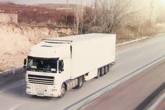 LKW auf der Datenbahn transport stockbilder