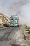 LKW auf der großen Höhe Manali - Leh-Straße, Indien Stockfotos