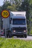 LKW auf einer Landstraße Lizenzfreie Stockfotos