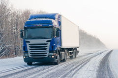 LKW auf einer Winterstraße Lizenzfreie Stockfotos