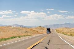 LKW auf Nevada-Wüstenstraße Lizenzfreies Stockfoto