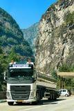LKW auf Straße in Bezirk Visp Wallis auf die Schweiz-Schweizer Lizenzfreies Stockbild