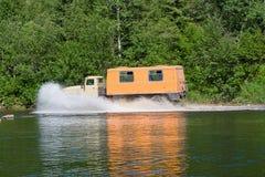 LKW bewegt sich, um den Fluss niederzuwerfen Lizenzfreie Stockfotos