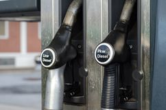 Lkw de enchimento Pkw diesel na estação imagens de stock