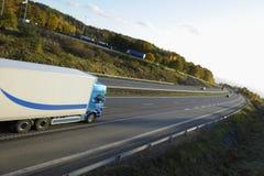 LKW, der auf Datenbahn beschleunigt stockfoto