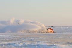 LKW, der eine Eis-Straße pflügt stockbilder