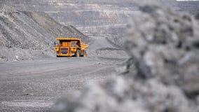 LKW, der Karriere auf Straße fährt Kipplaster transportiert das Erz, das im Tagebau gewonnen wird Schwerer großer Transport in de stock footage