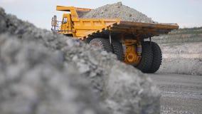 LKW, der Karriere auf Straße fährt Kipplaster transportiert das Erz, das im Tagebau gewonnen wird Schwerer großer Transport in de stock video
