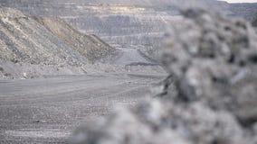 LKW, der Karriere auf Straße fährt Kipplaster transportiert das Erz, das im Tagebau gewonnen wird Schwerer großer Transport in de stockfoto